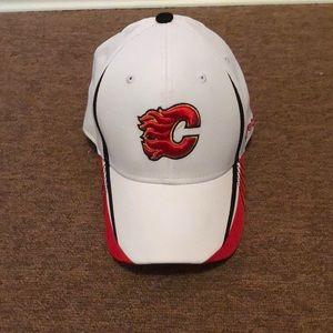 Reebok NHL Calgary Flames L/XL face off wear Cap